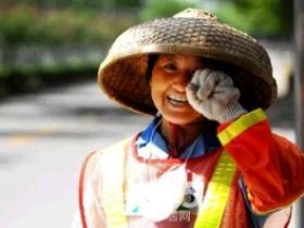 没有假期却风雨兼程的环卫工人,请尊重他们,爱护他们!